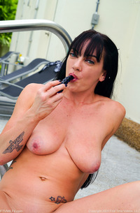 MILF Layla Getting Wet And Toying