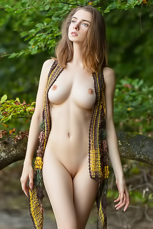 Nude walk with beauty Mariposa