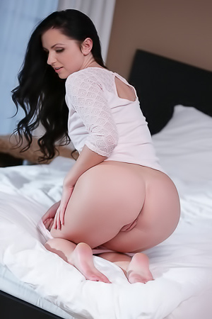 Kittina Ivory Plays With Her Wet Pussy