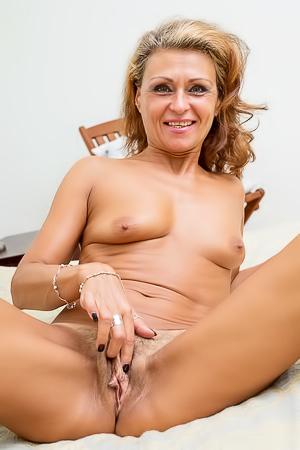 Experienced older beauty Bonita is here to cum hard