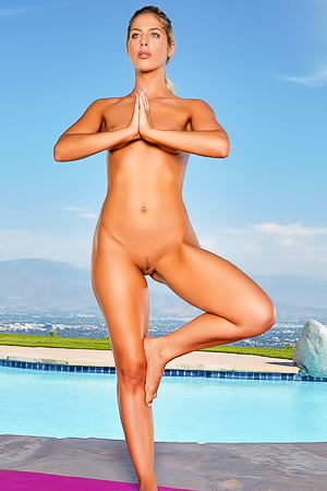 Jillisa Lynn starts her day with some outdoor naked yoga