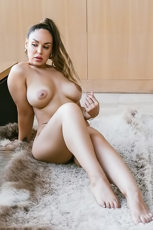 Natural Busty Playmate Sophia Grey
